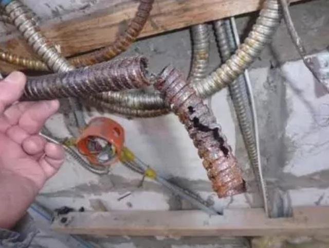 Прокладываем кабель в гофрированной трубе с проволокой