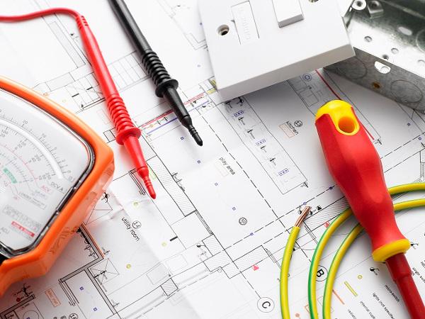 О периодичности проверок знаний по электробезопасности: сроки и порядок проведения