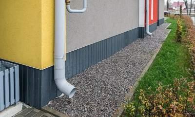 Как сделать отмостку вокруг дома своими руками: правила обустройства системы отливов