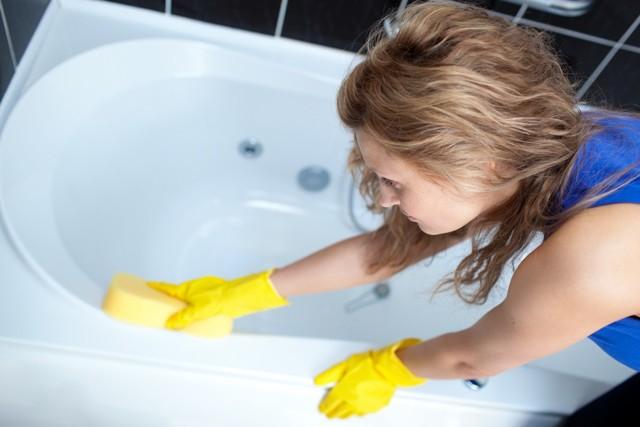 Чем мыть чугунную ванну не повреждая эмаль: лучшие покупные и народные средства