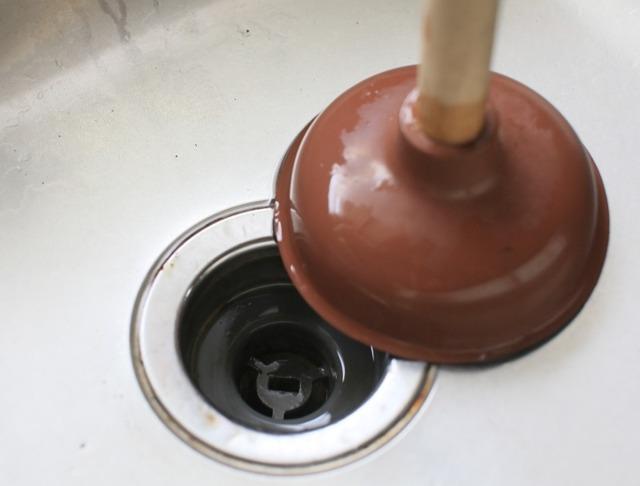 Как устранить засор в трубах в домашних условиях: обзор лучших средств и методов прочистки