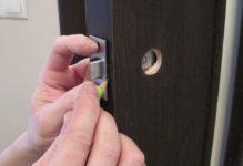 Как установить в межкомнатную дверь защелку: инструкции по установке