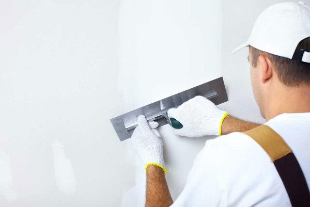 Подготовка стен под поклейку обоев: пошаговая инструкция своими руками, процесс очистки, нанесения грунта, устранения неровностей
