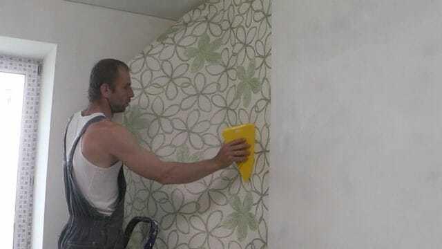 Как поклеить обои одному: подготовительный этап, разметка стен, подгонка по рисунку и маркировке, оклейка зон с розетками