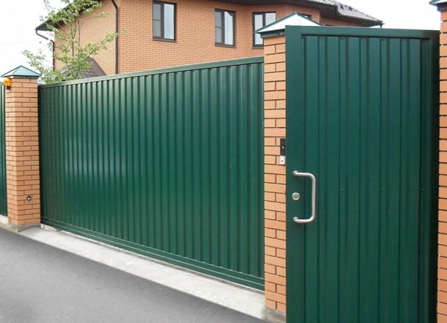 Ворота с калиткой для частного дома: разновидности и рекомендации по выбору