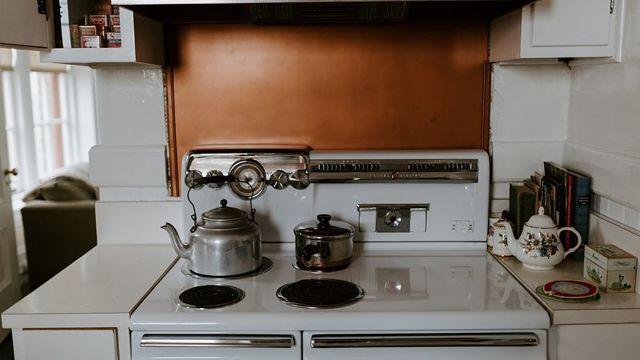 Требования к двери на кухню с газовой плитой: правила и нормативы