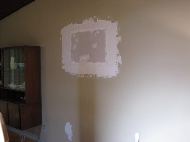Чем и как заделать дыру в стене: размеры и способы ее сокрытия, пошаговая инструкция, материалы, инструменты, полезные советы